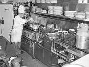 cuisinier prépare un répas dans un restaurant